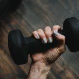 筋力トレーニングにおけるバーベルとダンベルの効果の違い|おすすめはどちら?